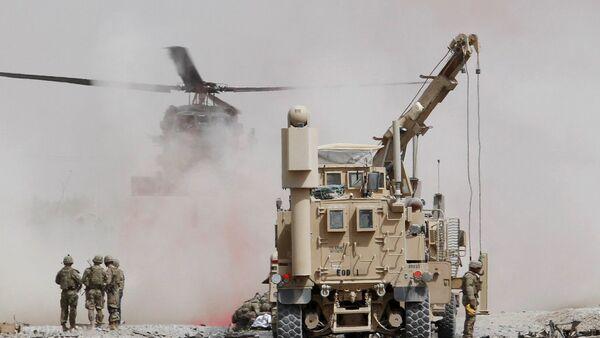 Вооруженные силы США оценивают ущерб, нанесенный бронетранспортеру воинской коалиции под руководством НАТО после теракта-самоубийства в провинции Кандагар, Афганистан - Sputnik Грузия
