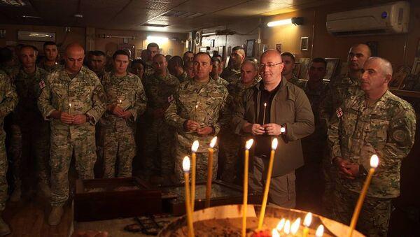Министр обороны Грузии Леван Изория вместе с грузинскими военными в церкви на авиационной базе в Афганистане - Sputnik Грузия