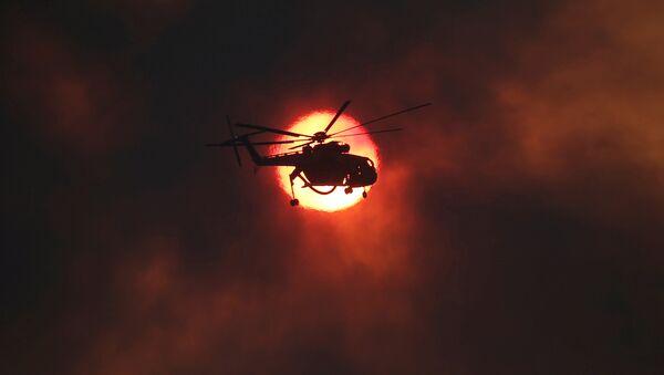 სახანძრო ვერტმფრენი ჩამავალი მზის ფონზე სოფელი კაპანდრიტის მახლობლად ხანძრის ჩაქრობის დროს, საბერძნეთი - Sputnik საქართველო