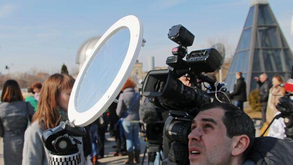 Мужчина наблюдают солнечное затмение - Sputnik Грузия