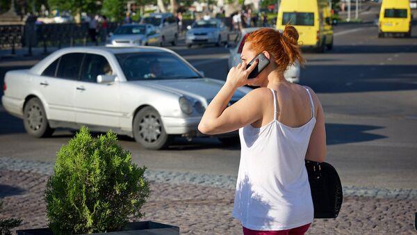 Девушка говорит по мобильному телефону в центре грузинской столицы - Sputnik Грузия