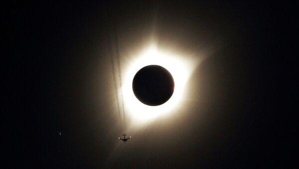 Реактивный самолет летит от полного солнечного затмения в Гернси, штат Вайоминг, США - Sputnik Грузия