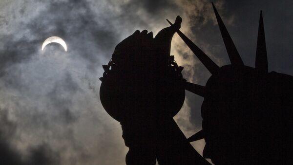 Частичное солнечное затмение над Статуей Свободы в Нью-Йорке - Sputnik Грузия