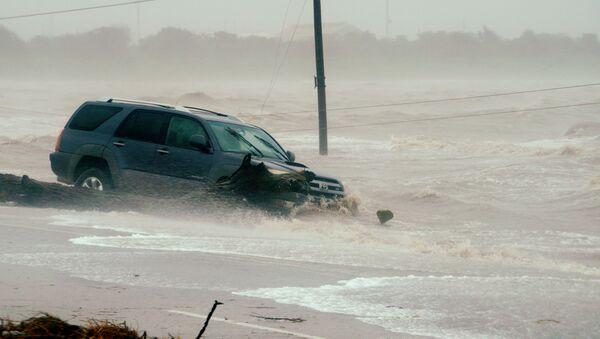 Автомобиль, пострадавший от наводнения, вызванного ураганом Харви - Sputnik Грузия