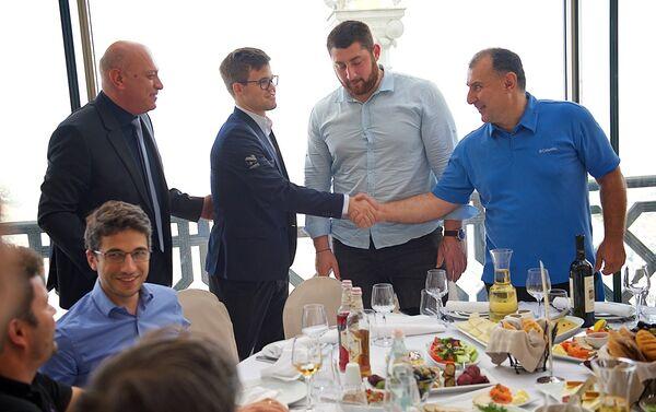 Чемпионы мира по шахматам Магнус Карлсен и по тяжелой атлетике Лаша Талахадзе - Sputnik Грузия