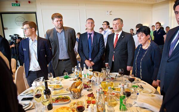 Министр спорта Грузии с гостями и участниками шахматного турнира на церемонии его открытия - Sputnik Грузия