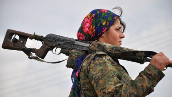 Курдская женщина-боец из Женского Отряда Сопротивления в тренировочном лагере около турецко-сирийской границы - Sputnik Грузия