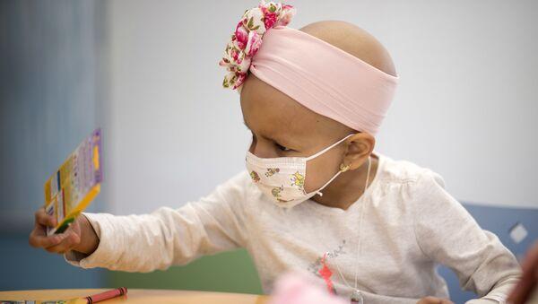 Ребенок с онкологическим заболеванием в больничной палате - Sputnik Грузия