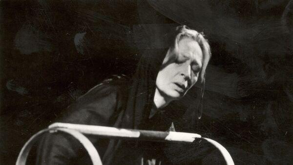 თამარ სხირტლაძე ოთარაანთ ქვრივის როლში, სცენა სპექტაკლიდან ასი წლის წინათ, 1982 - Sputnik საქართველო