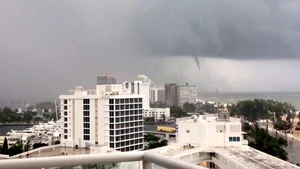 Торнадо видно с пляжа Форт-Лодердейл, штат Флорида, США - Sputnik Грузия