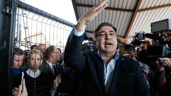 Михаил Саакашвили в окружении своих сторонников и журналистов пытается пересечь польско-украинскую границу - Sputnik Грузия
