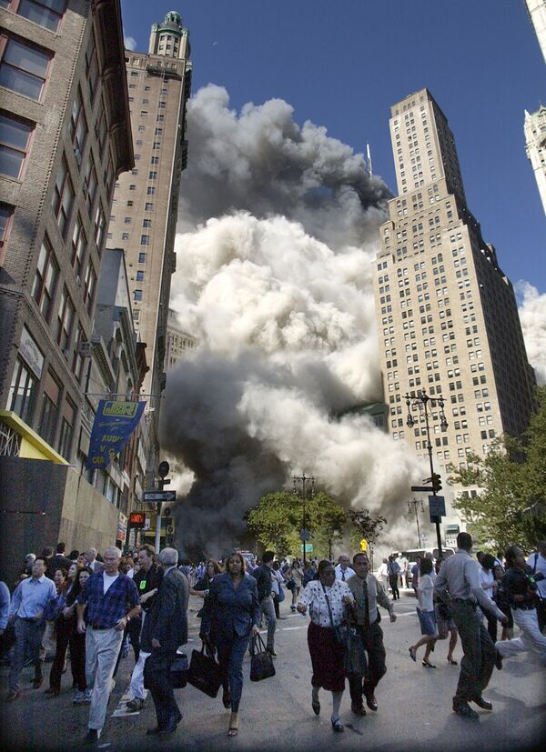 Люди бегут из падающей южной башни Всемирного торгового центра в Нью-Йорке после атаки, совершенной террористами 11 сентября - Sputnik Грузия