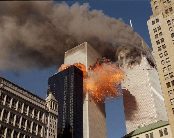 Дым и огонь вырываются из башен Всемирного торгового центра после совершенной террористами атаки - Sputnik Грузия