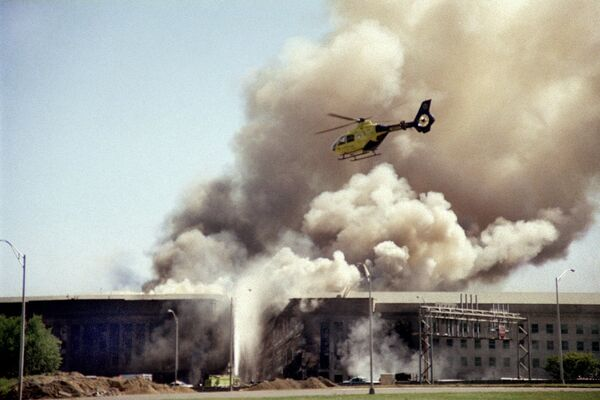 Вертолет пролетает над зданием Пентагона в Вашингтоне после совершенной террористической атаки 11 сентября 2001 года - Sputnik Грузия