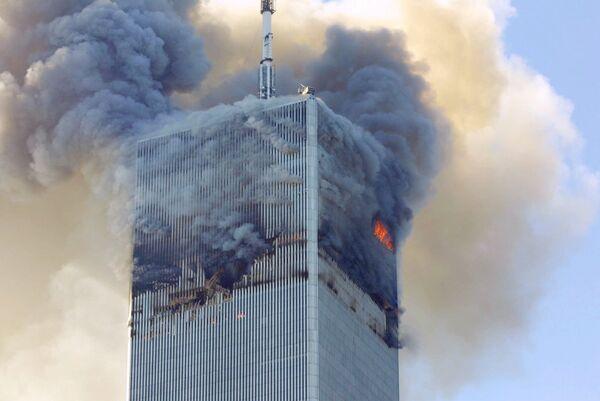 Огонь и дым вырываются из северной башни Всемирного торгового центра в Нью-Йорке после террористической атаки 11 сентября 2001 года - Sputnik Грузия