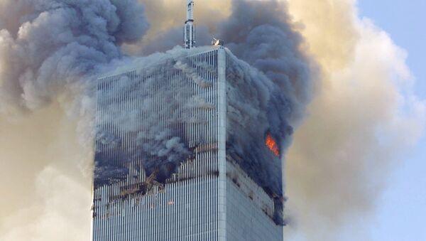 Огонь и дым на северной башне Всемирного торгового центра в Нью-Йорке 11 сентября 2001 года - Sputnik Грузия
