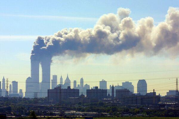 Дым над башнями-близнецами Всемирного торгового центра в Нью-Йорке был виден даже из Нью-Джерси - Sputnik Грузия