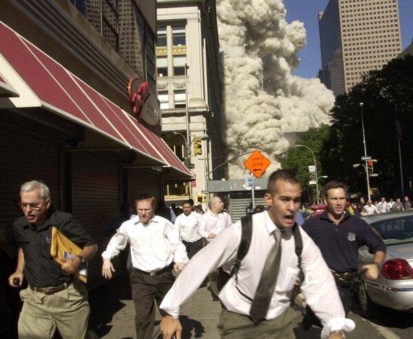 Люди бегут от падающей башни Всемирного торгового центра 11 сентября 2001 года в Нью-Йорке - Sputnik Грузия