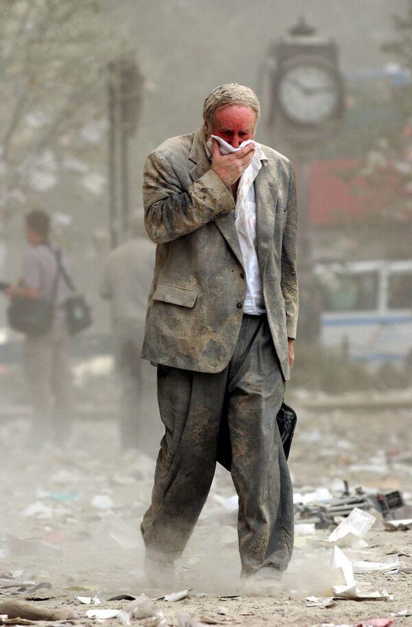 Человек идет через обломки здания после обрушения одной из башен Всемирного торгового центра в Нью-Йорке. Этого человека звали Эдвард Файн - он находился на 78-м этаже первой башни ВТЦ, когда в нее врезался захваченный террористами самолет - Sputnik Грузия