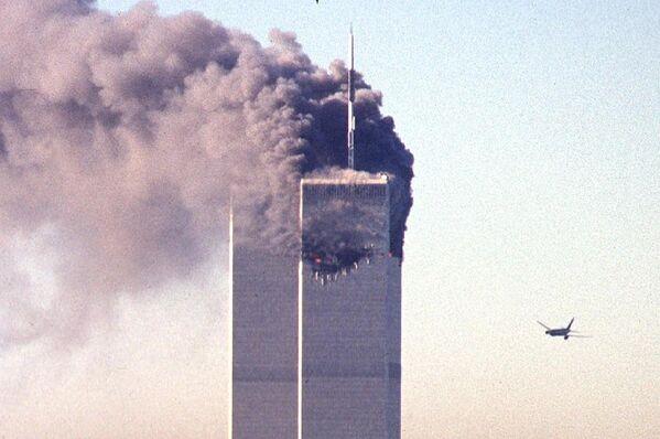 После шокирующих кадров атаки террористов на северную башню Всемирного торгового центра, еще более ужасающей стала картина, когда второй самолет спустя семнадцать минут поразил южную башню ВТЦ - Sputnik Грузия