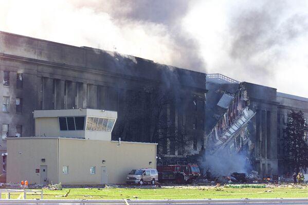Дым, поднимающийся из здания Пентагона в Вашингтоне 11 сентября 2001 года, после того как в него врезался захваченный террористами пассажирский самолет - Sputnik Грузия