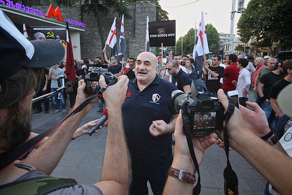 Марш грузин продолжится и завершится на положительной ноте, которая устраивает Грузию. Мы не остановимся, потому что это свято для нас. Грузинскими сельскохозяйственными землями не будут владеть люди, которые для нас являются чужеземцами. Мы сделаем абсолютно все, чтобы эти земли не продавались, - заявил один из основателей движения Грузинский марш, певец Гия Коркоташвили - Sputnik Грузия