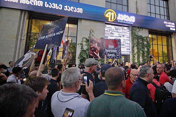 Организаторы акции заявляли, что власти Грузии проводят политику Сороса в земельном вопросе. На месте произошла стычка между участниками акции и полицией, в результате которой задержали одного человека. Как выяснилось позже, это был один из организаторов акции Ладо Садгобелашвили - Sputnik Грузия