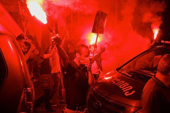 Организаторы марша грузин и их сторонники в Тбилиси закидали файерами здание, где расположен офис фонда Открытое общество – Грузия - Sputnik Грузия
