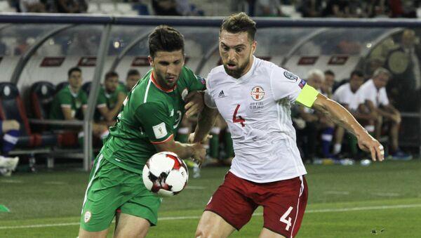 Шейн Лонг (слева) и Гурам Кашия во время отборочного футбольного матча Кубка мира между Грузией и Ирландией в Тбилиси - Sputnik Грузия