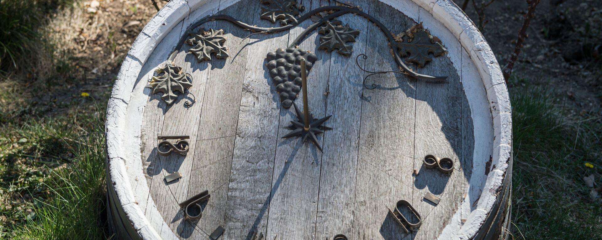 Солнечные часы на старой дубовой бочке в Крыму - Sputnik Грузия, 1920, 14.09.2017