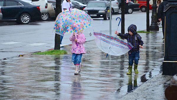ბავშვები ბათუმის ქუჩაში წვიმის შემდეგ - Sputnik საქართველო