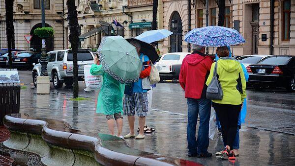 გამვლელები ქოლგებით ბათუმის ქუჩებში წვიმის შემდეგ - Sputnik საქართველო