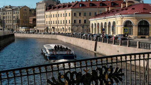 Прогулочное судно на реке Мойка в Санкт-Петербурге - Sputnik Грузия