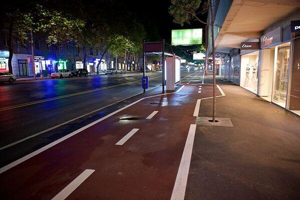 Несмотря на то, что улица Пекина стала односторонней, для автомобилей, двигающихся со стороны проспекта Александра Казбеги, фактически добавилась лишь одна полоса - ведь часть проезжей части с противоположной стороны заняла также велодорожка и выделенная полоса для общественного транспорта - Sputnik Грузия