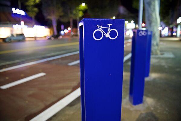 Парковки для велосипедов оборудованы специальными стойками, окрашены в синий цвет и имеют соответствующее обозначение - Sputnik Грузия