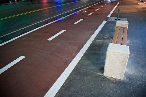 Тротуар на улице Пекина расширили, а вдоль велосипедной дорожки появились скамейки - Sputnik Грузия