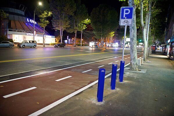 Велодорожка и места для парковки велосипедов на обновленной после ремонта улице Пекина на месте прежней разметки для остановки личного автотранспорта - Sputnik Грузия