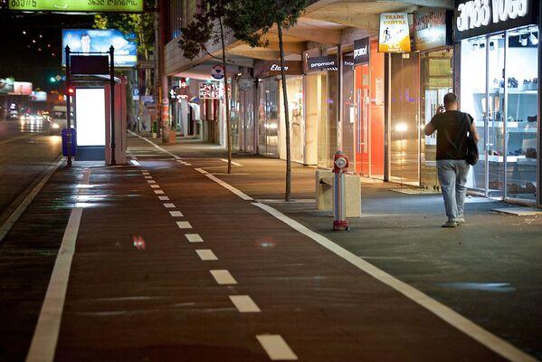 Там, где сейчас проходит велодорожка, раньше располагались места для парковки автомобилей. Теперь их уже нет - Sputnik Грузия