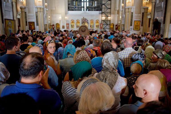 Сотни верующих ждали в очереди, чтобы прикоснуться к мощам великой святой - Sputnik Грузия