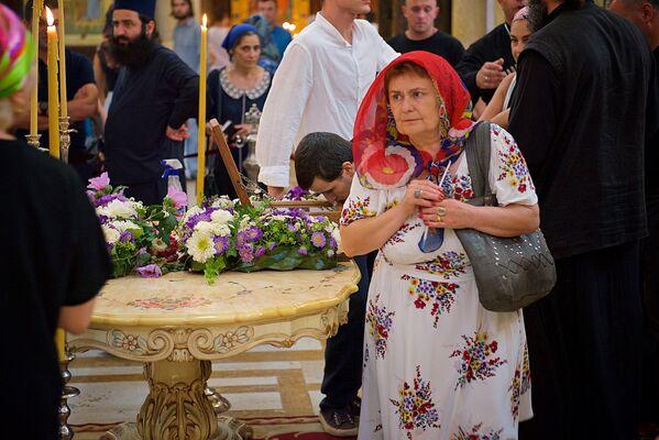 Пока мощи царицы Кетеван находились в кафедральном соборе Святой Троицы - Самеба, не прекращался поток верующих, которые шли к ним на поклон - Sputnik Грузия