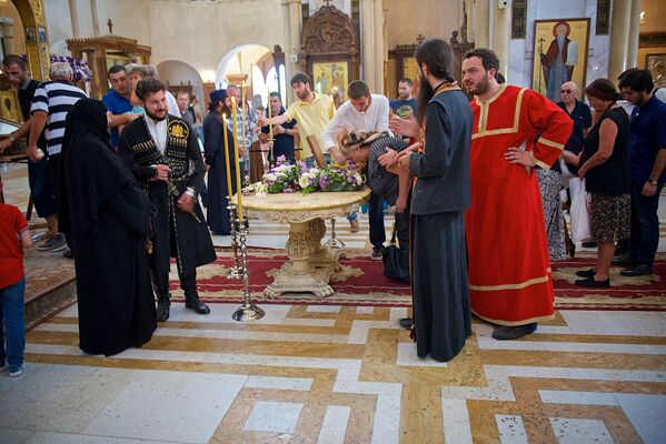 Из храма Самеба мощи Святой Кетеван уже доставили в другой кафедральный собор - в храм Алаверди в Кахети, а затем их отправят и в другие церкви в Грузии, чтобы и там верующие смогли поклониться им - Sputnik Грузия