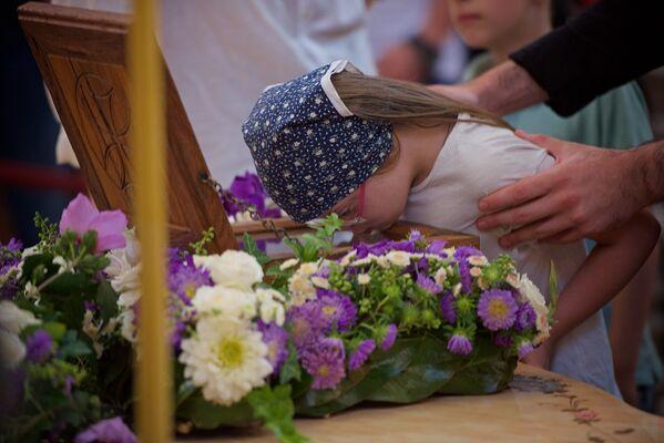 Сотни верующих побывали в тбилисском кафедральном соборе Святой Троицы — Самеба, чтобы поклониться мощам царицы Кетеван - Sputnik Грузия