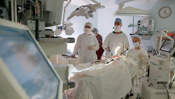 Врачи в больнице во время операции - Sputnik Грузия