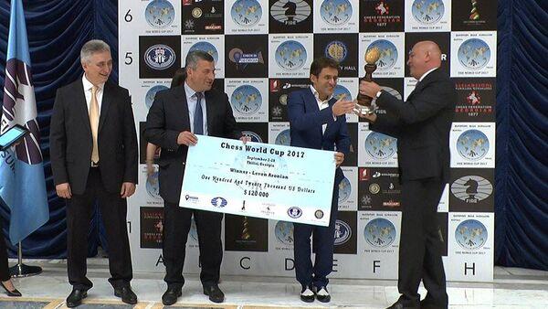 Левон Аронян на церемонии награждения после победы в финале Кубка мира по шахматам - Sputnik Грузия