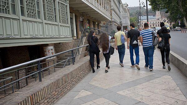 Группа студентов идет по центру Тбилиси - Sputnik Грузия