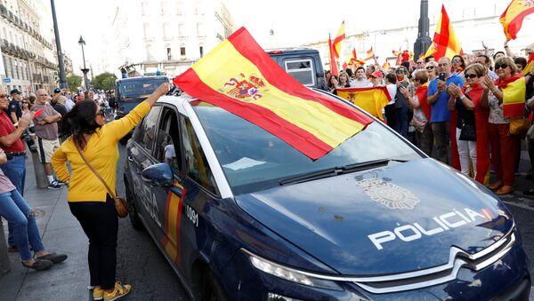 Демонстранты размахивают испанскими флагами и поддерживают полицию во время демонстрации в пользу объединенной Испании в день референдума о независимости в Каталонии, в Мадриде, Испания - Sputnik Грузия