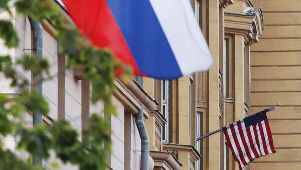 Государственные флаги России и США на здании американского посольства в Москве - Sputnik Грузия