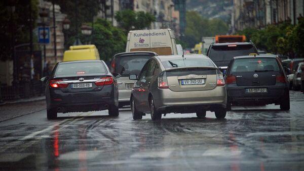 Машины на проспекте Агмашенебели в дождь - Sputnik Грузия