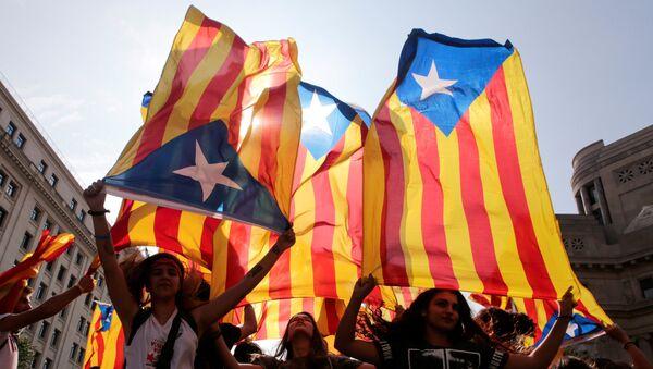 Демонстранты с флагами в поддержку независимости Каталонии - Sputnik Грузия