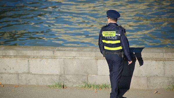 საპატრულო პოლიციის თანამშრომელი მდინარესთან - Sputnik საქართველო